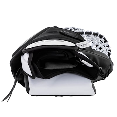 (CCM Extreme Flex E5.5 Goalie Glove - Junior)