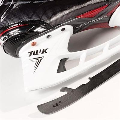 S17 Vapor X900 Ice Skate - Blade Close up (Bauer Vapor X900 Ice Hockey Skates - 2017 - Junior)